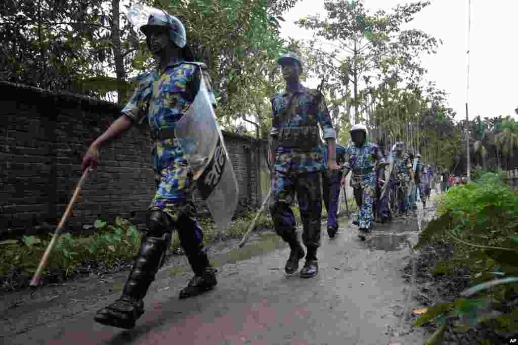 방글라데시 불교 사원이 회교도들의 공격을 받은 가운데, 방글라데시 군과 국경 경비원들이 불교도가 다수인 콕스 바자르 지역에 배치되었다.