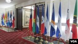 2015年7月13日,台灣外交部大廳展示的中華民國國旗和邦交國國旗,後來,其中有些國旗,例如聖多美和普林西比的國旗,由於斷交而被挪走。