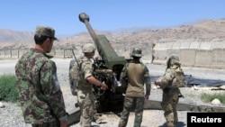 Perwira militer AS bersama tentara Afghanistan di pangkalan Militer Nasional Afghanistan di Provinsi Maidan Wardak, Afghanistan, 6 Agustus 2018. (Foto: James Mackenzie/Reuters)