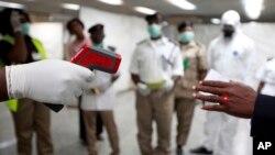 Desde que el brote de ébola fue identificado por primera vez en marzo, sólo han habido dos casos exportados conocidos que implican vuelos, uno antes y uno después de que empezaran las pruebas en Liberia.