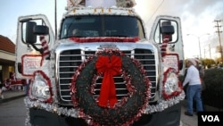 圣诞卡车的大花环(美国之音国符拍摄)