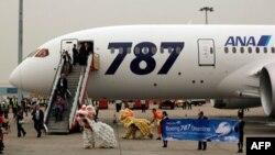 Hành khách chuyến bay Dreamliner 787 của hãng ANA được đoàn múa lân chào đón tại sân bay quốc tế Hong Kong. ANA và Japan Airlines đã cho ngưng hoạt động tất cả 24 máy bay Dreamliner.