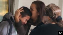 یک دانش آموز در مدرسه محل حادثه در اسپارکس، نوادا - اکتبر ۲۰۱۳