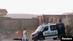 警察守在前埃及總統穆爾西律師所說的穆爾西下葬處的公墓外。(2019年6月18日)