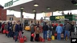 2일 미국 뉴욕 브룩클린의 한 주유소에서 휘발유를 사기 줄을 선 주민들.