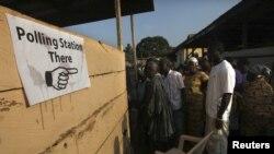 Cử tri ở miền đông Ghana xếp hàng chờ bỏ phiếu 7/12/12
