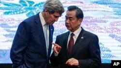 Ngoại trưởng John Kerry, trái, và Bộ trưởng Ngoại giao Trung Quốc Vương Nghị trao đổi sau khi chụp ảnh với những người đồng cấp tham dự Hội nghị thượng đỉnh các ngoại trưởng Đông Á ở Kuala Lumpur hôm 6/8.