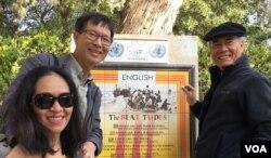 """Linh mục Nguyễn Tầm Thường, bên phải, và vợ chồng tác giả bên tấm bia ghi kinh """"Tám mối phúc thật"""" (Ảnh: Bùi Văn Phú)"""