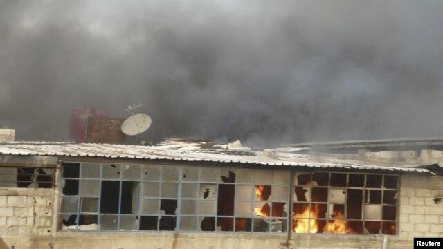 Una casa arde en Erbeen, cerca de Damasco, como resultado de lo que activistas dicen fue un ataque aéreo. El gobierno sirio podría estar utilizando también misiles Scud contra los rebeldes.