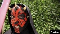 """Seorang penggemar berkostum karakter Darth Maul menghadiri acara promosi menjelang pemutaran """"Star Wars: The Force Awakens"""" di Sao Paulo, Brazil (4/9)."""