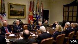 El presidente Obama reunido con ex secretarios de Estado y de Defensa en la Sala Roosevelt de la Casa Blanca.