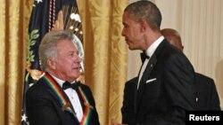 El presidente Obama saluda a Dustin Hoffman, durante la ceremonia de premiación de los Kennedy Center Honors en la Casa Blanca.