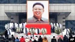 평양 하나음악정보센터에 설치된 김정일 국방위원장의 영정에 조의를 표하는 평양 시민들