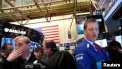 3月5日纽约股票交易市场的经纪人目睹道琼斯指数创下新高