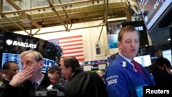 Para pialang di bursa saham New York (foto: dok). Indeks saham Dow Jones Industrial Average melonjak ke tingkat tertinggi hari Selasa (5/3).