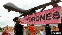 Protivnici upotrebe bespilotnih letelica protestovali nedaleko od Nacionalnog vojnog univerziteta gde je predsednik Barak Obama održao govor, 23. maj 2013.