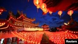 Kineski crveni fenjeri, tradicionalni deo proslave lunarne nove godine, ispred hrama u Kuala Lumpuru,.