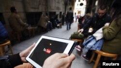 3月27日在伊斯坦布尔的一个网吧,一名男子试图用平板电脑上Youtube网站