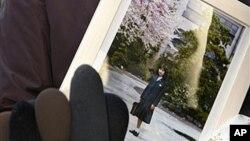 지난 2009년 납북 일본인 요코다 메구미 씨의 모친이 딸의 사진을 들고 있다. (자료사진)