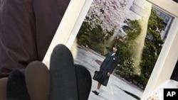 일본인 납북자 요코다 메구미 씨의 어머니 사키에 씨가 지난 2009년 딸의 사진을 들고 있다. 자료사진)