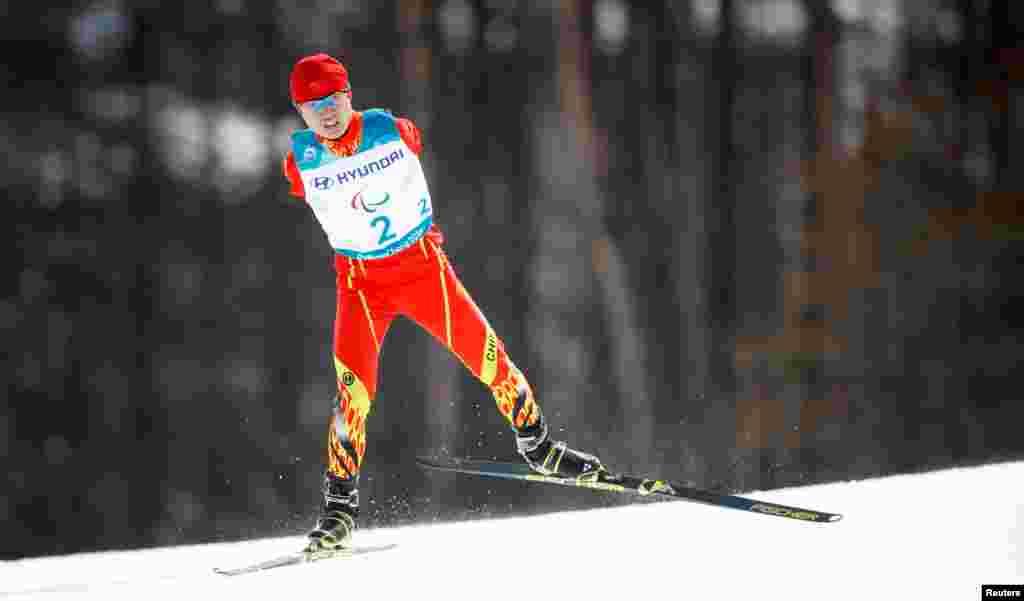 កីឡាករ Chenyang Wang មកពីប្រទេសចិនប្រកួតនៅក្នុងព្រឹត្តិការណ៍ជិះស្គីឆ្លងប្រទេសដោយសេរីក្នុងចម្ងាយ២០គ.ម. ក្នុងការប្រកួត Pyeongchang 2018 Winter Paralympics នៅមជ្ឈមណ្ឌល Alpensia Biathlon Centre ក្រុង Pyeongchang ប្រទេសកូរ៉េខាងត្បូង។