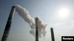 화력발전소 굴뚝으로 연기가 치솟고 있다. (자료사진)