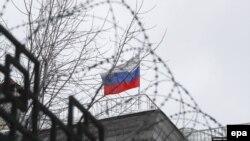 Российский флаг на территории посольства России в Киеве. Author Sergey Dolzhenko (EPA-EFE)
