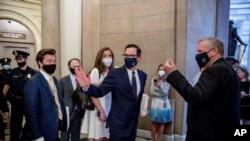 وزیر خزانہ منوشن، اور ڈیموکریٹس رہنما اور دیگر عہدے دار کرونا وائرس کی وجہ سے بے روزگار ہونے والوں کی امداد سے متعلق پیکیج پر مذاکرات کرنے آ رہے ہیں۔