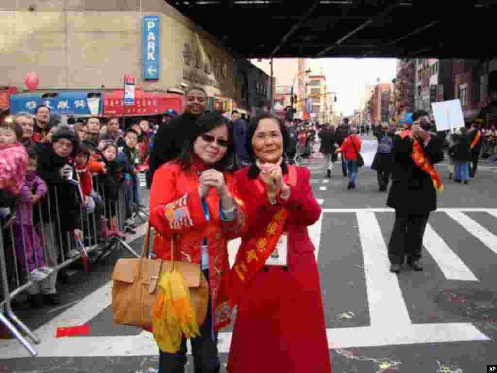 伍寶玲(右) 繁榮華埠總會籌備委員