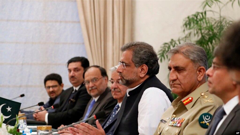 巴基斯坦總理阿巴西(右三)在總理府主持會議。 (2017年10月24日)