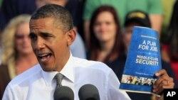 Tổng thống Obama cầm bản sao của kế hoạch công ăn việc làm trong cuộc vận động tranh cử tại Triangle Park ở Dayton, Ohio