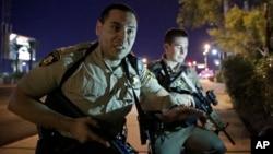 拉斯维加斯一赌场附近发生枪击案,警察要求现场民众找地方躲避。(2017年10月1日)