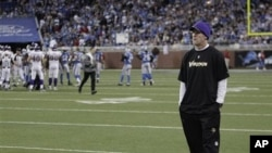 Minnesota Vikings quarterback Brett Favre watches from the sidelines in the fourth quarter of their NFL football game against the Detroit Lions in Detroit, 02 Jan 2011