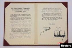 Dokument koji su potpisali predsednik SAD Donald Tramp i severnokorejski lider Kim Džong Un, u Singapuru, na fotografiji koju je objavila severnokorejska Korejska centralna novinska agecnija (KCNA)