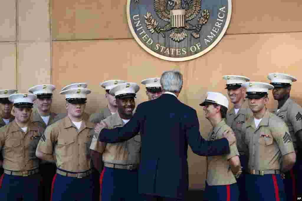 Davlat kotibi Jon Kerri Bag'doddagi elchixonada amerikalik askarlar bilan ko'rishayapti.