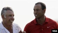 Tiger Woods dan caddie-nya Steve Williams dalam turnamen golf Masters April lalu di Augusta, Georgia. Tiger Woods mengumumkan pemecatan Williams hari Rabu (20/7) dan mengakhiri hubungan kerjasama selama 12 tahun.