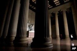 Posetioci fotografišu pred spomenikom Linkolnu u Vašingtonu, u utorak 1. januara 2019, dok delimično zatvaranje vlade ulazi u treću nedelju.