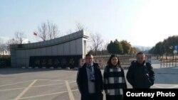許艷和兩位律師在徐州銅山區公安局外(許艷微信圖片)