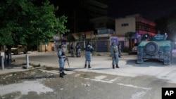 13일 아프가니스탄 정부군이 탈레반의 공격을 받은 카불의 호텔을 수색하고 있다.