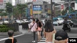 週二台北天氣放晴,行人在大街上漫步