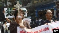 Giáo dân Thái Hà tuần hành ngày 2/12/11 phản đối chính quyền chiếm đất nhà thờ