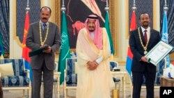 Dans cette photo publiée par l'Agence de presse saoudienne, le roi saoudien Salman reçoit le président érythréen Isaias Afwerki, à gauche, et le Premier ministre éthiopien Abiy Ahmed, à Jiddah, en Arabie saoudite, le 16 septembre 2018.