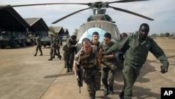 Mali va Fransiya askarlari Bamako aeroportida. 15-yanvar 2013.