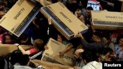 برازیل میں بلیک فرائی ڈے کی سیل کے موقع پر بڑی سکرین کے ٹیلی وژن کی فروخت کا ایک منظر۔ 24 نومبر 2017