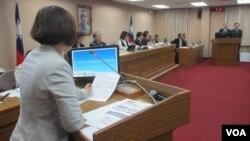 台湾立法院外交及国防委员会11月22号质询情形。(美国之音张永泰拍摄)
