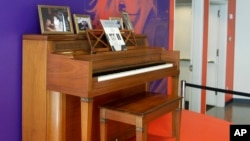 El primer piano de Lady Gaga será subastado en la ciudad de Nueva York.