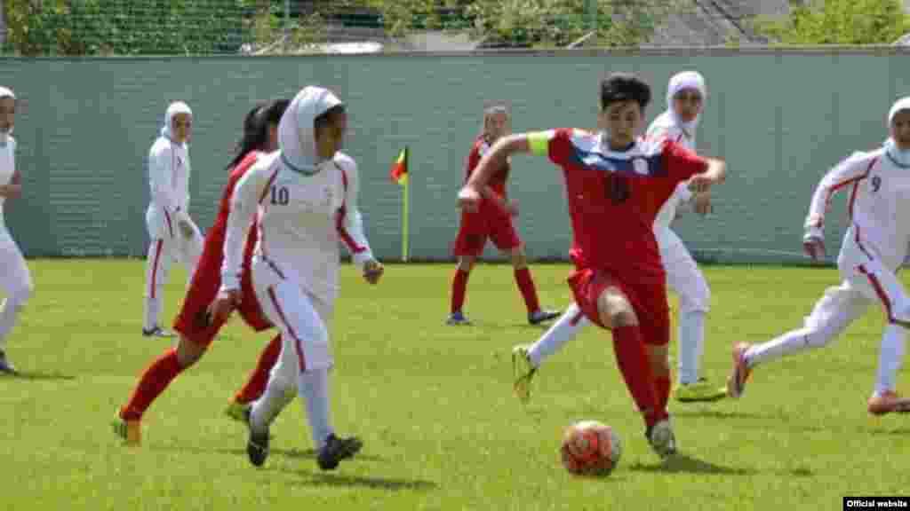 تیم ملی فوتبال زنان ایران با سه برد به دور بعدی مسابقات منطقهای قهرمانی زیر ۱۴ سال آسیا راه پیدا کرد. دختران فوتبالیست ایرانی پنجشنبه، ۹ اردیبهشت، در سومین دیدار خود تیم بوتان را ۷ بر صفر شکست دادند تا پس از پیروزی ۳ بر صفر مقابل تاجیکستان و ۲ بر صفر مقابل قرقیزستان، ۹ امتیاز کسب کنند و در صدر گروه A قرار بگیرند. تیم ایران که در منطقه مرکز و جنوب حضور دارد، در دور بعدی با هندوستان، تیم دوم گروه B مسابقه خواهد داد.