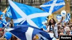 Para pendukung pemisahan Skotlandia dari Inggris melakukan kampanye di Glasgow, Rabu (17/9), sehari menjelang pelaksanaan referendum.