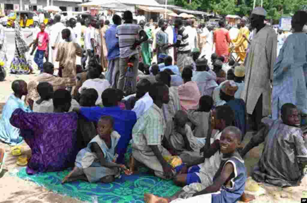 Al'umar jahar Borno wadanda suka samu kawunansu, a cikin hakin ha'ula'i a sanadiyyar rikicin Boko Haram. Wadannan wasu da ga cikin wadan da suka bar gidajensu ne a wata makarantar sakandire da aka ware don taimaka musu. 3 ga Satumba na shekara 2014.