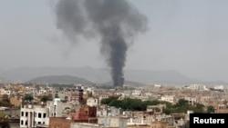 지난 9일 예멘 수도 사나의 한 식료품 공장에서 사우디가 주도한 공습으로 검은 연기가 피어오르고 있다.
